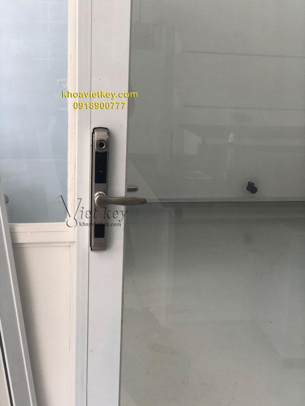 lắp đặt khóa điện tử cho cửa nhôm kính