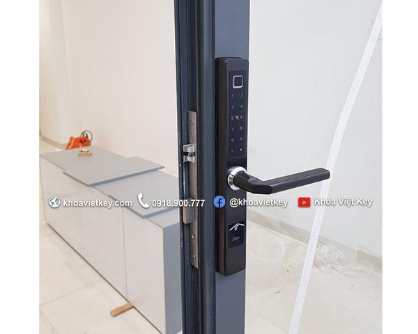 lắp đặt khóa điện tử cho cửa nhôm xingfa tại hcm