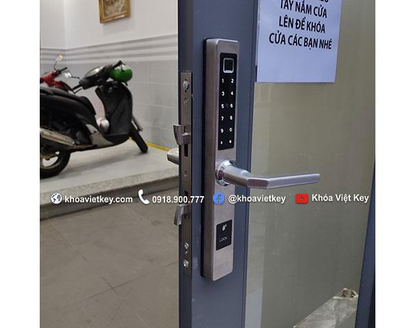 lắp đặt khóa vân tay cho cửa nhôm quản lý qua điện thoại tại hcm