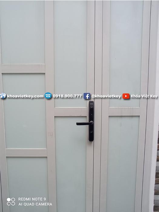 lắp đặt khóa vân tay chống nước cho cửa nhôm xingfa