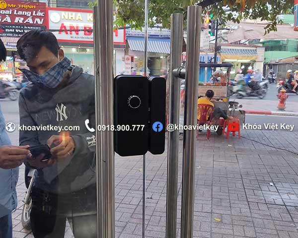 lắp đặt khóa vân tay cửa kính cường lực xài qua điện thoại