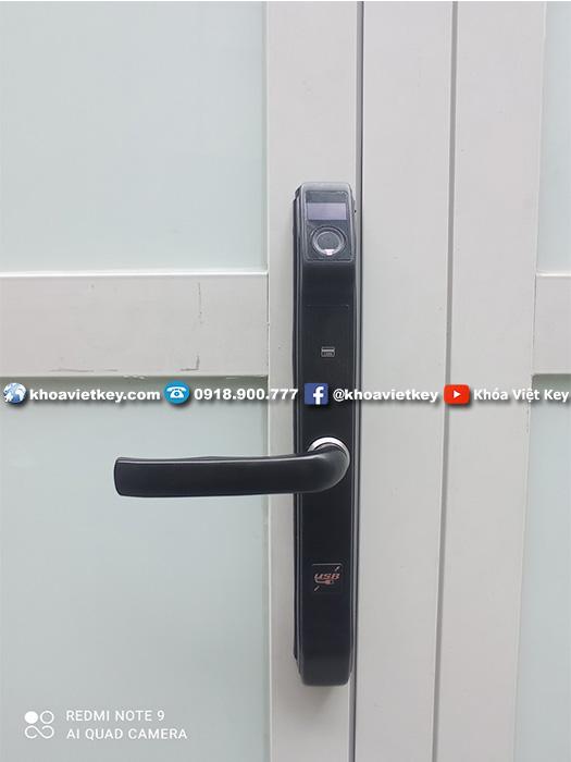 ráp khóa điện tử chống nước cho cửa nhôm xingfa ngoài trời