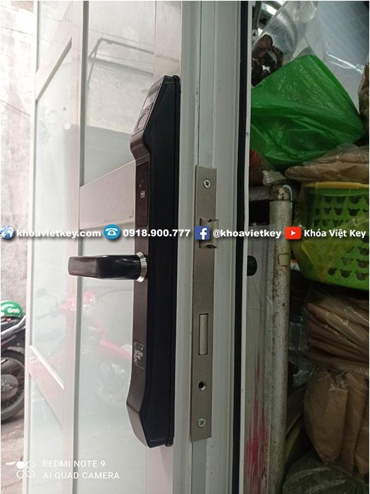ráp khóa vân tay chống nước cho cửa nhôm xingfa denso lock fp03